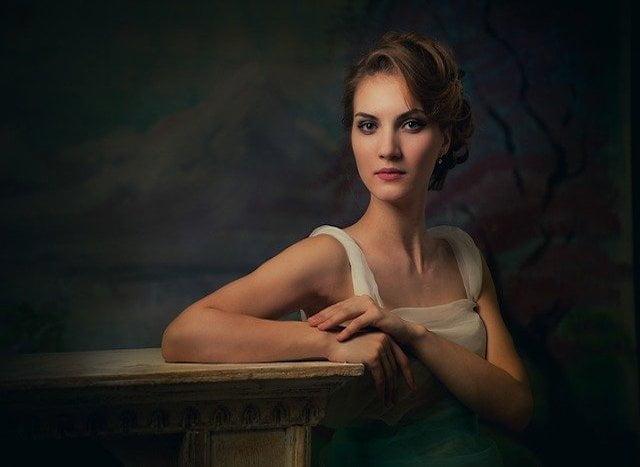 美しい女性と暗闇