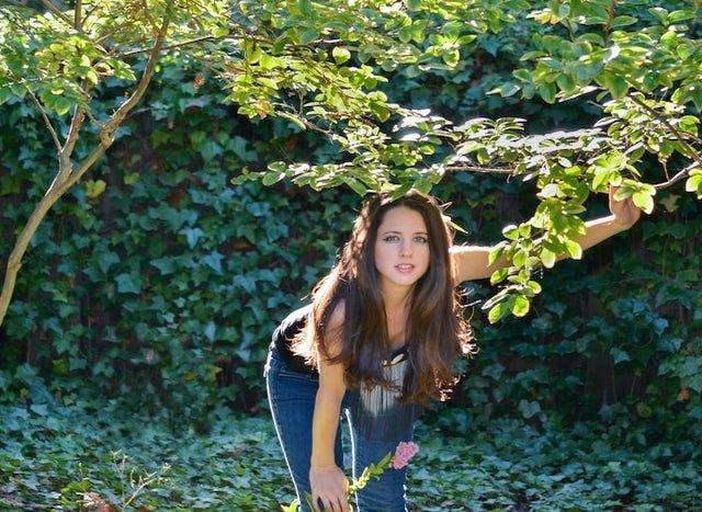 かわいい少女と森