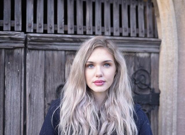 ヨーロッパ系の若い女性