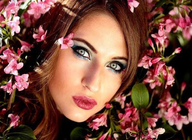 少女とピンクの花