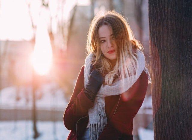 雪の中で微笑む少女