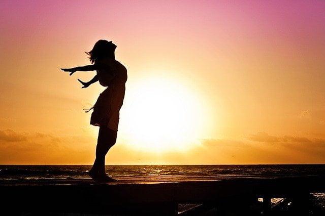 女性と夕陽